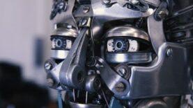 Reinventa un robot con las piezas de las máquinas de escribir.