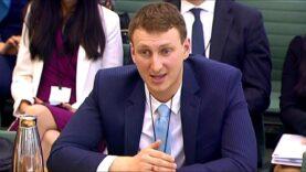 Escándalo de Cambridge Analytica llega al Parlamento británico.