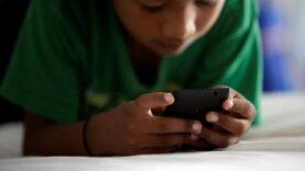 Colocar el teléfono móvil en la oreja derecha puede dañar la memoria de los jóvenes.