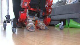 Un estudio permite a tres niños probar en sus hogares el primer exoesqueleto infantil.