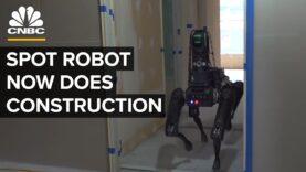 El robot de Boston Dynamics inspecciona la construcción.