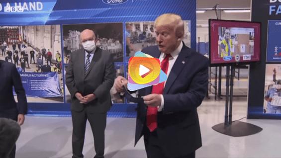 Trump se quita la máscara antes de enfrentar las cámaras en la fábrica