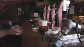 Un robot que sirve cerveza en el bar