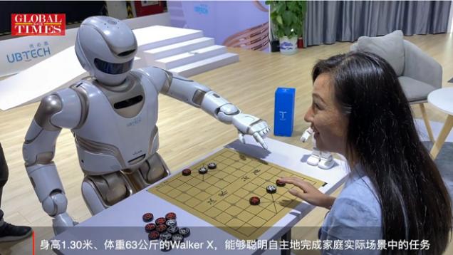 Debut del primer gran robot de servicio humanoide comercial de China en WAIC