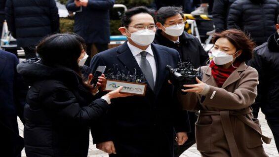 El líder de Samsung, Jay Y. Lee, liberado en libertad condicional
